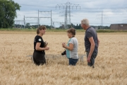 Almut Schlaich met Homme Jan en Martha Ritsema bij het nest